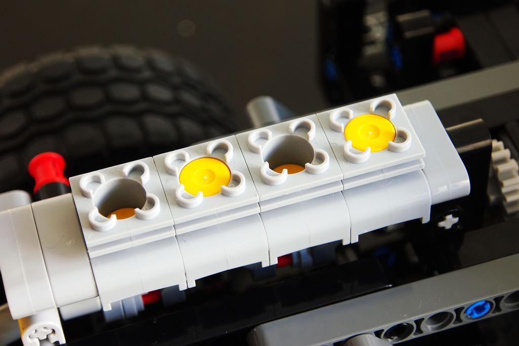 引擎活塞展示,车辆前进中,活塞会同步运动